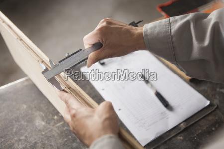 stolarz pomiarowy deski drewnianej z vernier