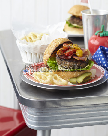 tablica dla dwojga z cheeseburgery i