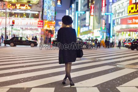 samotna kobieta w shinjuku tokio japonia