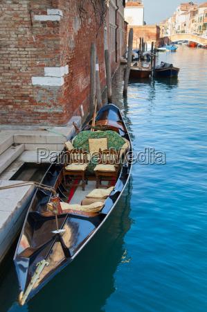 Lodz wioslowa zacumowana na kanale miejskim