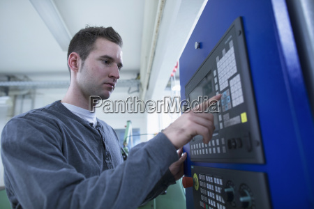 mlody mezczyzna technik za pomoca panelu