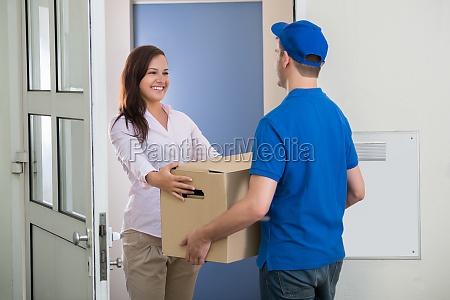 delivery man daje paczke kobiecie