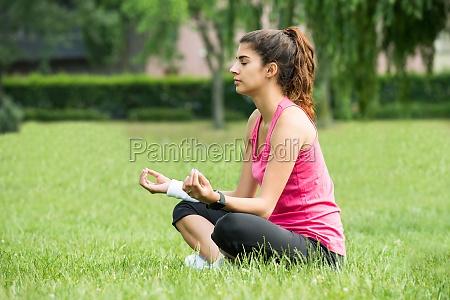 kobieta womane baba zenski myslec medytacja