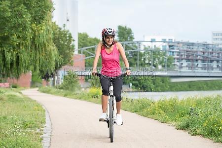 szczesliwy mlody kobieta jazda konna rower