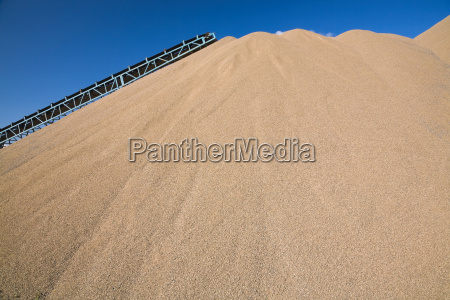 przenosnik tasmowy nad kopcem piasku w