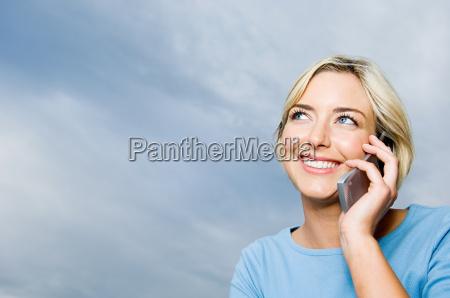 kobieta za pomoca telefonu komorkowego
