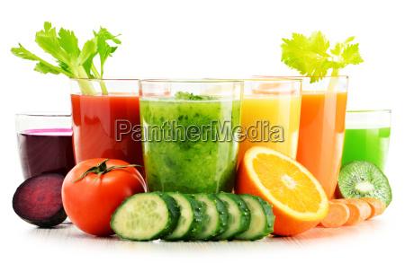 szklanki ze swiezymi organicznymi sokami warzywnymi
