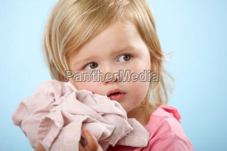 dziewczyna trzyma komfort koc