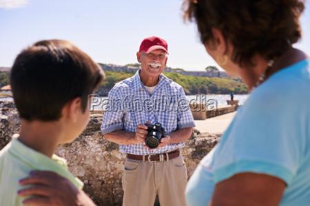 rodzina dziadkowie na wakacje na kubie