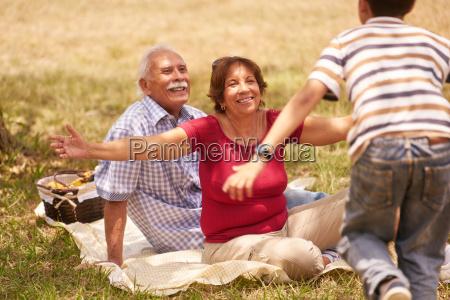 dziadkowie senior couple przytulanie mlody chlopak