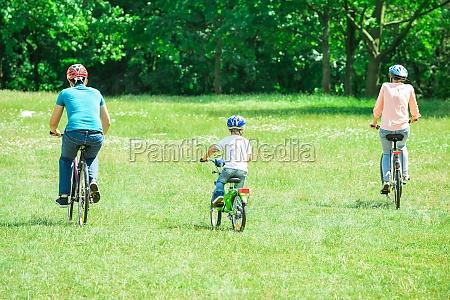 rodzina jazda na rowerze w parku
