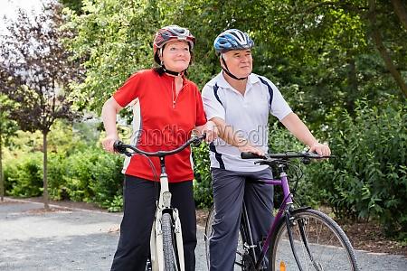 starsza para z rowerami