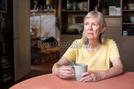 senior kobieta z pustym stare