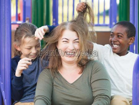 synowie bawia sie wlosami matki