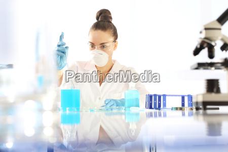 chemik bada probke pod mikroskopem