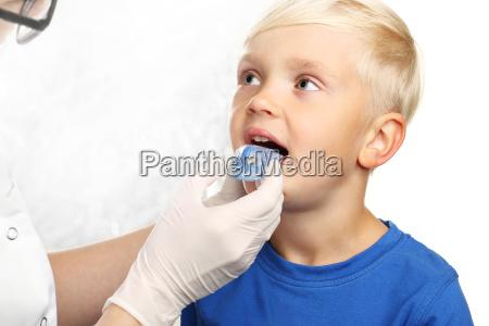 ortodoncja dziecieca przedszkolak z aparatem ortodontycznym