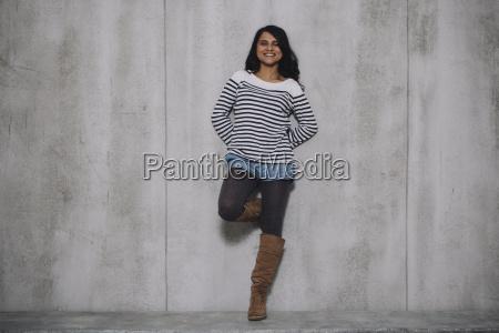 kobieta indian opierajac sie na scianie