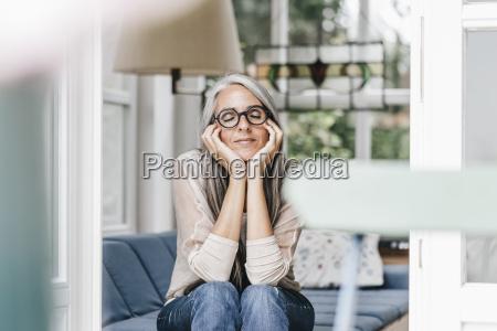 kobieta relaksujacy z glowa w dloniach