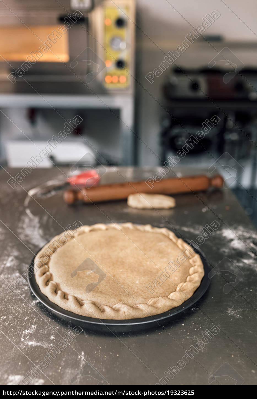 gotowe, ciasto, do, pizzy, na, tacy - 19323625