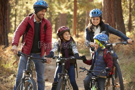 rodzina latynosow na rowerach w lesie