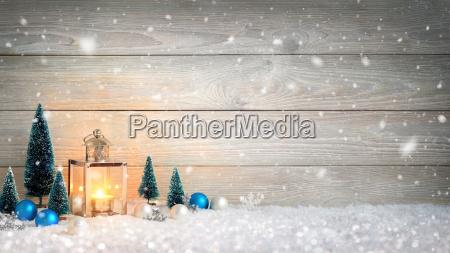 christmas drewna i sniegu tle ozdobione