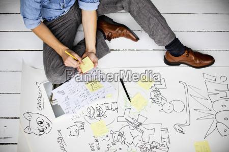 projektant graficzny produkujacy kreatywne pomysly na