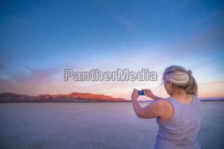 kobieta, biorąc, smartphone, fotografii, z, mieszkań - 19439006