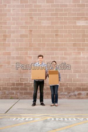 portret, młoda, para, trzymając, kartonów, w - 19458990