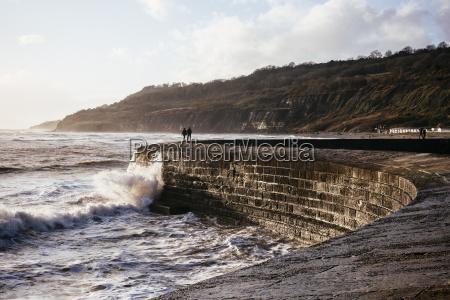 dwie, osoby, które, szukają, na, burzowym, morzu - 19474838