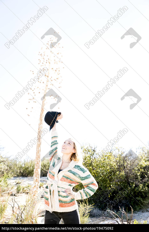 młoda, kobieta, ręka, na, biodrze, ramiona, podniesione - 19475092