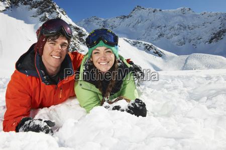 para, leżąca, w, śniegu, kuhtai, austria - 19512958