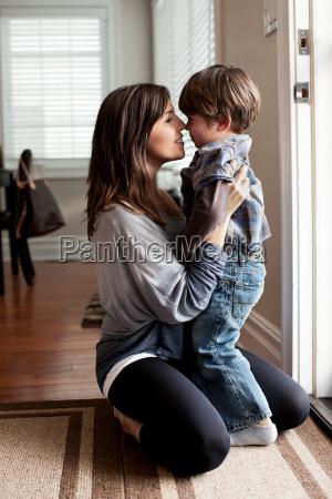 matki i mlodego syna macanie nosy