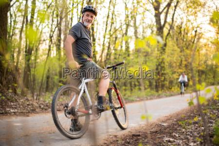 starszy mezczyzna na rowerze gorskim plenerze