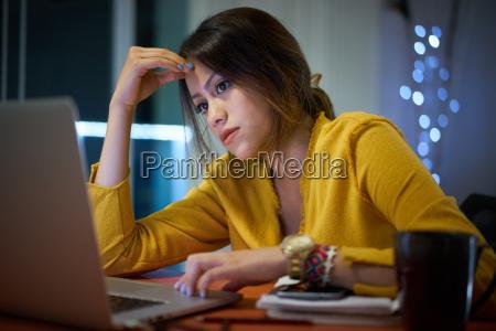 zamyslony uczennice student studiuje w nocy