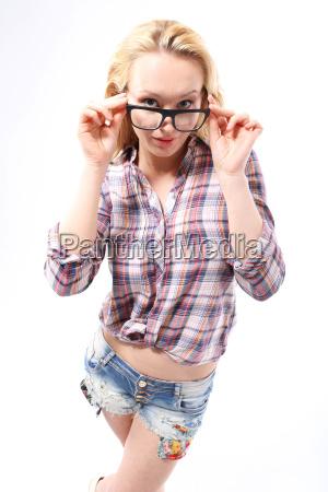 modna zmyslowa blondynka w stylowych okularach
