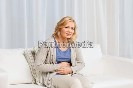 nieszczesliwa kobieta cierpi na bol brzucha