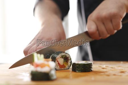 krojenie sushi z krabem lososiem