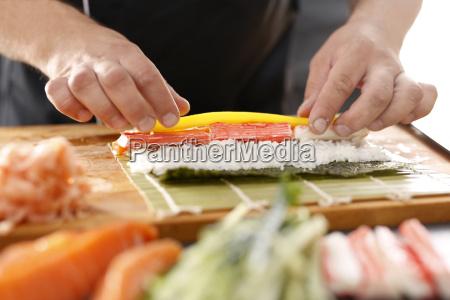 sushi master przyrzadza futomaki restauracja japonska