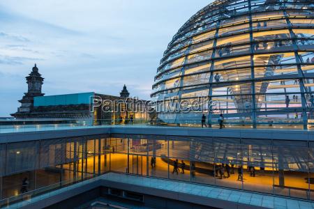 oswietlona szklana kopula na dachu reichstagu