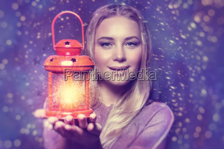 piekna kobieta z swiecaca latarnia