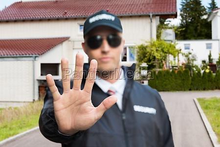 ochroniarz podejmowania znak stop