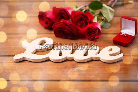 bliska pierscionek z brylantem czerwonych roz