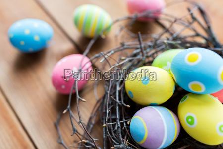 zblizenie kolorowych jaj wielkanocnych w gniezdzie