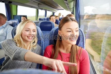 szczesliwe mlode kobiety jezdzace w autobusie