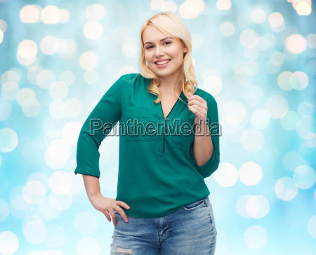 usmiechnieta mloda kobieta w koszuli i