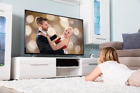 kobieta ogladanie filmu w telewizji