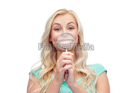 szczesliwa mloda kobieta z lupa