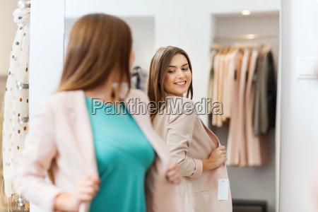 szczesliwa kobieta stwarzajacych w lustrze w