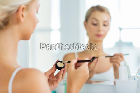 kobieta z makijaz pedzla i eyeshade