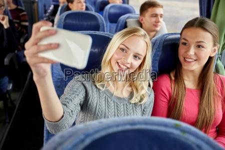 kobiety biorace selfie przez smartfona w